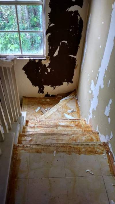 Kondisi area tangga sebelum renovasi