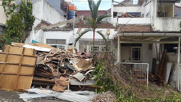 Melakukan renovasi rumah lama