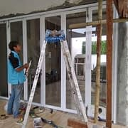 perapihan pintu lipat aluminium powder coating warna putih