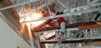 Pemotongan rangka kayu atap rumah