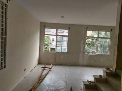 Proses renovasi bangunan di taman elok karawaci